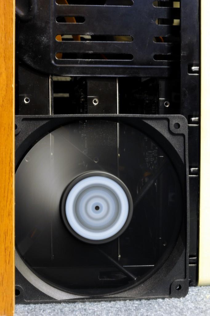 Arctic Cooling AR-12025, háttérben 3 darab Samsung HD753LJ merevlemez