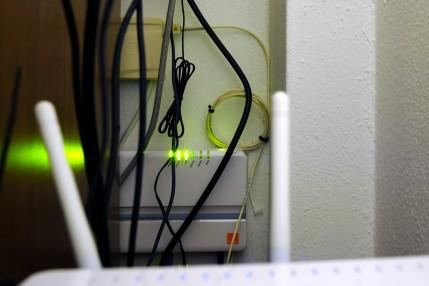 Orange FiberNet, GPON ONT G-25E (2,5/1,25Gbps), előtérben a D-Link DIR-655-ös routerem antennái